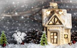装饰圣诞节装饰,多雪的背景的一个房子 免版税库存照片