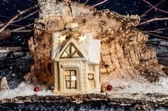 装饰圣诞节装饰,蓝色背景的一个房子 免版税库存图片
