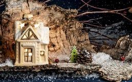 装饰圣诞节装饰,蓝色背景的一个房子 免版税库存照片