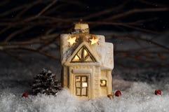 装饰圣诞节装饰,雪的一个房子 免版税图库摄影