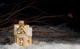 装饰圣诞节装饰,雪的一个房子 免版税库存图片