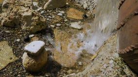 装饰在公园 小瀑布从一个大水罐流动 大看法 影视素材