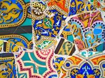 装饰在公园Guell,瓦片背景打破的玻璃马赛克, 免版税库存照片