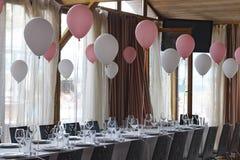 装饰在宴会大厅里在一个庄严的事件的餐馆 概念:服务 庆祝 附注 婚姻 库存照片