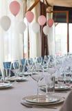 装饰在宴会大厅里在一个庄严的事件的餐馆 概念:服务 庆祝 附注 婚姻 库存图片