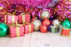 装饰在木地板上的圣诞节 免版税库存图片