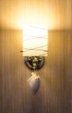 装饰在木墙壁的灯 免版税库存照片