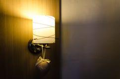 装饰在木墙壁的灯 库存照片