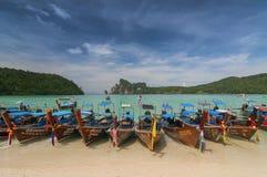 装饰在海滩,酸值披披岛,甲米府,泰国,亚洲东南部的诗歌选长尾巴小船 免版税库存图片