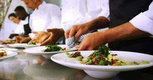 装饰在逆4k的厨师队膳食 股票视频