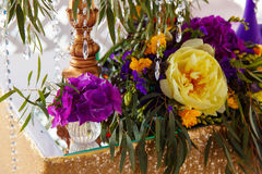 装饰在紫色颜色的婚礼桌的植物布置 Th 免版税库存图片