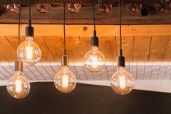 装饰垂悬在天花板的古董LED钨电灯泡 免版税图库摄影