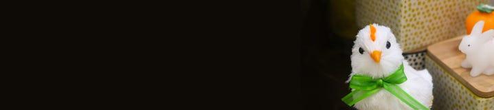 装饰复活节鸡和白色兔宝宝与篮子在这个锋利的假日网header2退色染黑 免版税库存图片