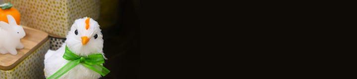 装饰复活节鸡和白色兔宝宝与篮子在这锋利的假日网倒栽跳水退色染黑 免版税库存照片