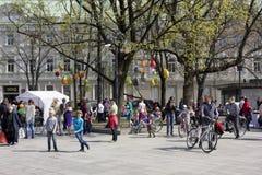 装饰复活节彩蛋在公园 免版税库存图片