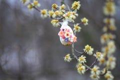 装饰复活节彩蛋jn树 免版税图库摄影