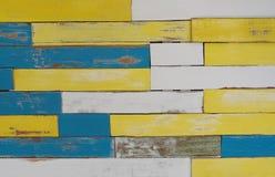 装饰多色木墙壁背景 免版税库存照片