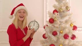 装饰女孩愉快的结构树的圣诞节 时钟新年度 在Xmas前的早晨 圣诞快乐和新年好 股票视频