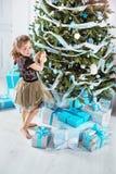 装饰女孩的圣诞节少许结构树 免版税库存照片