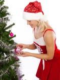 装饰女孩结构树的白肤金发的圣诞节 免版税库存照片