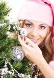 装饰女孩辅助工圣诞老人结构树的圣诞节 免版税库存照片