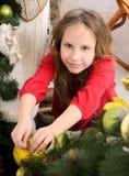 装饰女孩结构树的圣诞节 免版税库存照片