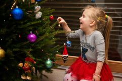 装饰女孩结构树的圣诞节 库存照片