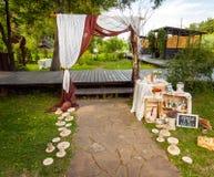 装饰婚礼曲拱在公园 免版税图库摄影