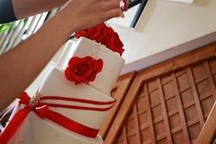 装饰婚宴喜饼的女性手特写镜头  免版税库存图片
