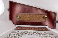 装饰室外凹室天花板显示在唐基尔,摩洛哥 库存照片