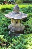 装饰小庭院的房子 免版税库存照片