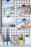 装饰屋子的小角落有照片和书的与sm 免版税图库摄影