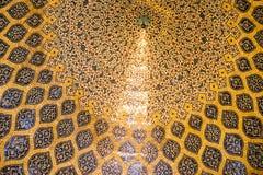 装饰带圆环充满圆顶的蔓藤花纹样式在回教族长卢图福拉Mosque的 伊斯法罕,伊朗 免版税库存照片