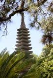 装饰庭院日本路径向传统的流扔石头 石头级的塔 免版税库存照片