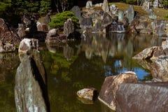 装饰庭院日本路径向传统的流扔石头 免版税库存图片