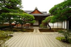 装饰庭院日本路径向传统的流扔石头 免版税库存照片