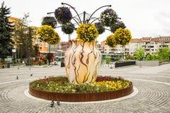装饰开花的花盆的精采创新想法在欧洲城市中心广场  20 05 2019 - Ramnicu瓦尔恰 免版税库存照片