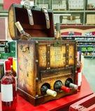 装饰张开存放的酒瓶胸口在商店` 库存图片