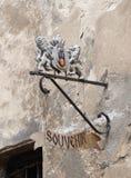 装饰徽章在入口上的对纪念品店在Sighisoara市在罗马尼亚 库存图片
