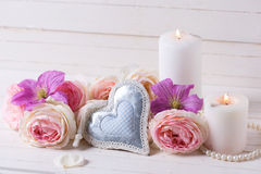 装饰心脏、桃红色玫瑰和紫罗兰色铁线莲属开花, cand 图库摄影
