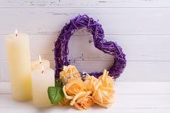 装饰心脏、蜡烛和玫瑰花在白色木b 库存照片