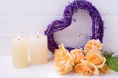 装饰心脏、蜡烛和玫瑰花在白色木ba 免版税库存照片