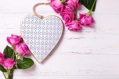 装饰心脏和框架从桃红色玫瑰开花 库存图片