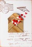 装饰心脏在一个老邮政信封 免版税库存照片