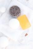 装饰性的容器、瓶、肥皂和淡紫色 免版税库存照片
