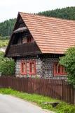 装饰房子在村庄Cicmany 免版税库存图片