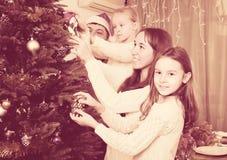 装饰房子结构树的圣诞节 免版税库存图片