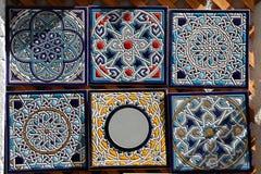 装饰手画陶瓷砖待售。 免版税库存照片