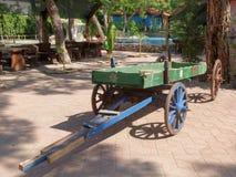 装饰推车 在Dinopark 免版税库存照片