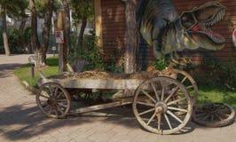 装饰推车 在Dinopark 库存照片